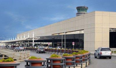 خاص بالصورة: إشكال في المطار… ومنع الموظفين من الدخول