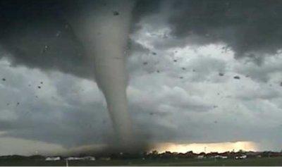 بالفيديو: إعصار أوتاوا يثر الرعب