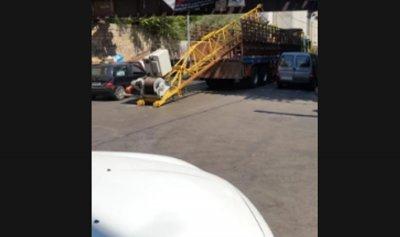 خاص بالفيديو: شاحنة تصطدم بجسر سكة الحديد في النهر… والسبب؟