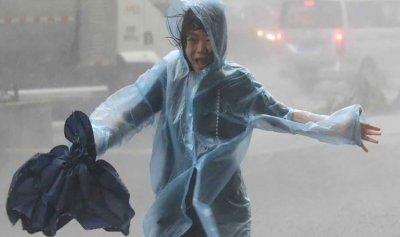 """""""ملك العواصف"""" يهدد الصين ويجلي الملايين جنوب البلاد"""