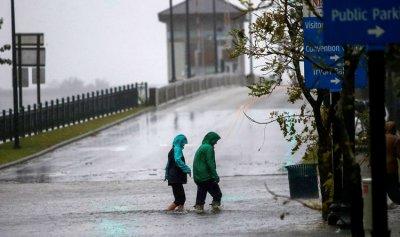 """بالفيديو: إعصار """"فلورنس""""… مراسل يمثّل ورجلان يفسدان المشهد"""