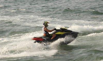 بالفيديو: مجارير بحر جونيه ترافق اللبناني على Jet Ski