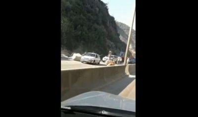 """خاص بالفيديو: """"إنهيار مرعب"""" للصخور على اوتوستراد المتن السريع"""