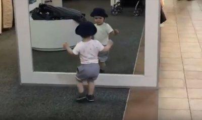 """بالفيديو: قمّة البراءة… """"طفل المرآة"""" يحقق 20 مليون مشاهدة"""