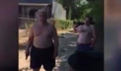 بالفيديو: لأسباب تافهة.. أب وابنه يقتلان جارهما