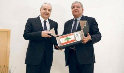 تكريم رئيس مؤسسة الإنتربول في أبو ظبي.. المشنوق للمر: صمَدت ووصلتَ الى الموت وعُدتَ