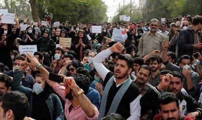 بالفيديو: ثائر إيراني يحاول دهس الشرطة