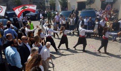 """بالفيديو: """"لبنان رح يرجع""""… دبكة وورود في دير ميماس احتفاءً بزيارة حاصباني"""