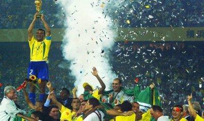 نجم المنتخب البرازيلي يغرق في الديون