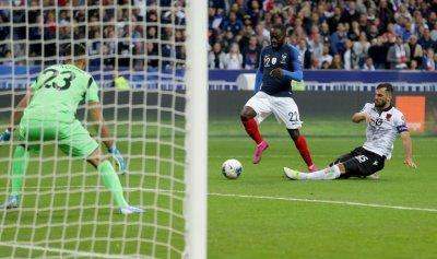 بالفيديو: ديشامب غاضب رغم فوز فرنسا