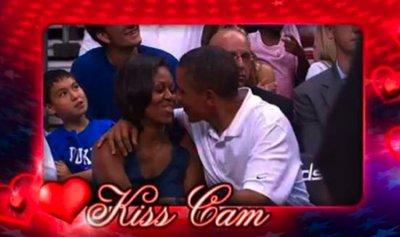 """بالفيديو: NBA بلقطات مثيرة… أوباما وبيكهام في """"kiss Cam"""""""