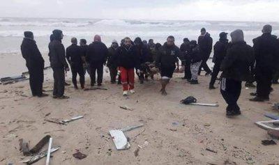 الأمواج تقذف قارباً مصرياً لغزة